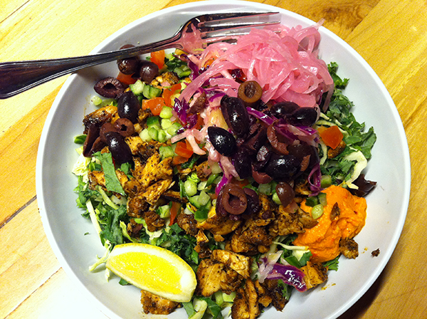 Salad bowl with chicken and lots of toppings!